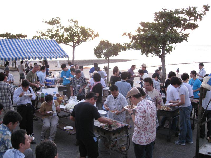 ビーチパーティーの懇親会の様子