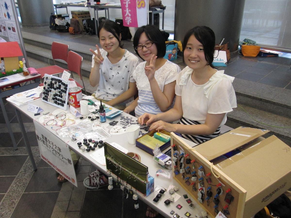 「京都女子大学電子部品アクセサリー部」さんの販売ブースの様子