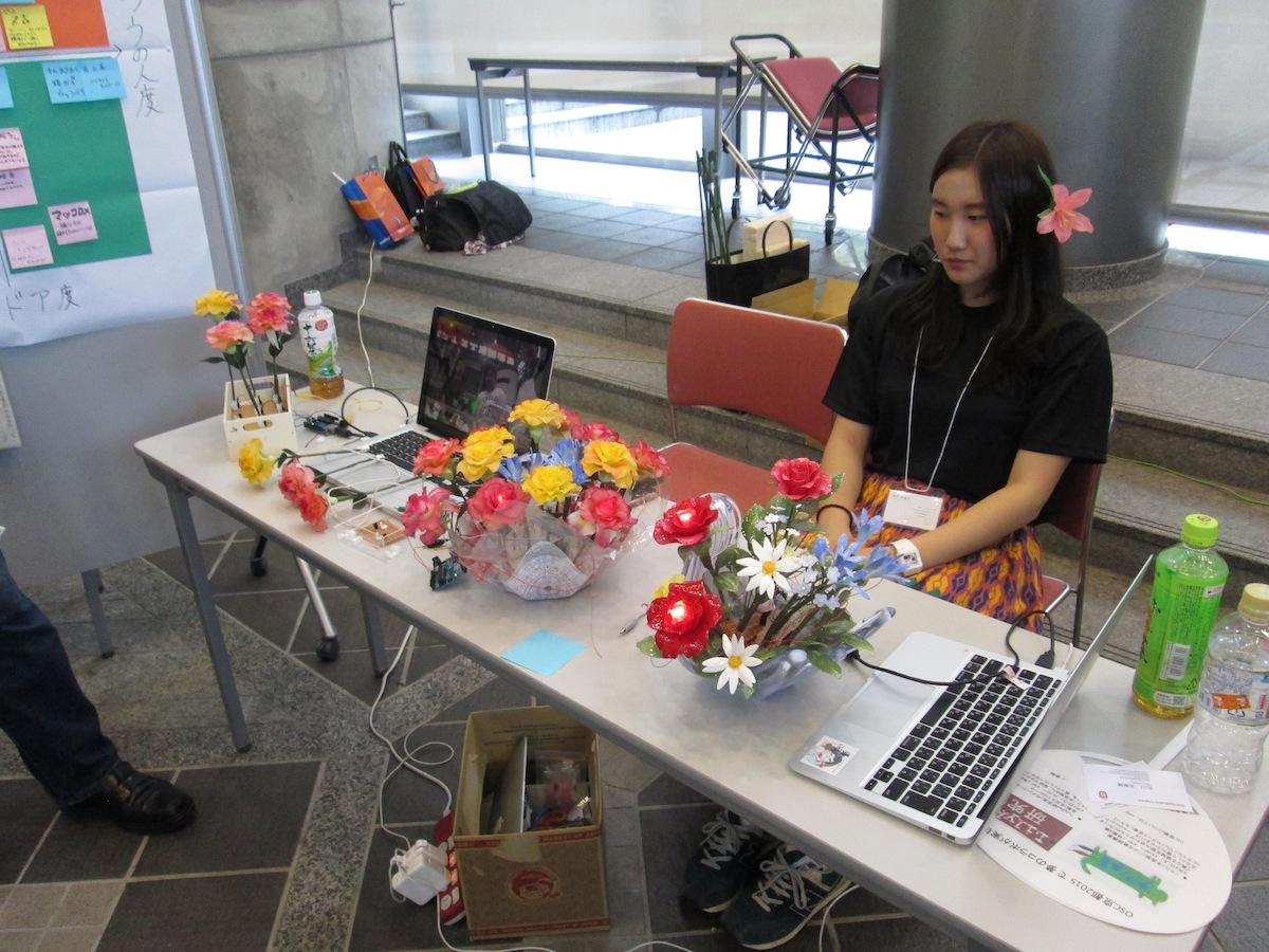 「OSCローカルスタッフ有志」による造花インタラクション展示の様子