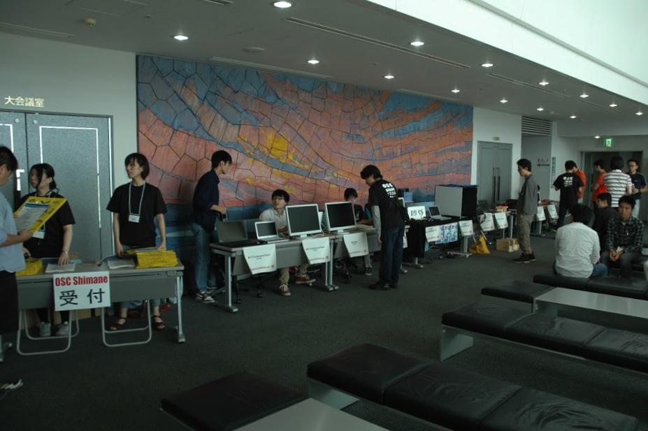 受付+学生展示ブース準備中!